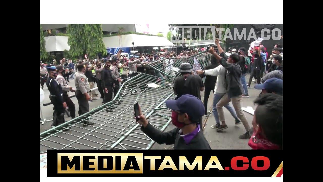 VIDEO : DEMO TOLAK RUU CIPTAKERJA BERUJUNG RICUH, POLISI DAN MAHASISWA TERLUKA